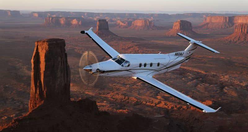 pilatus pc 12 volant au dessus de monument valley